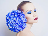 Beautiful lady with hydrangea — Stock Photo