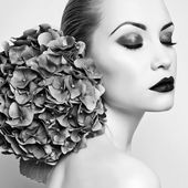 Beautiful lady with hydrangea — Stock Photo