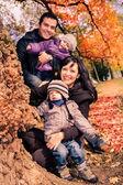 家庭在秋天的公园 — 图库照片