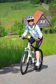 езда на велосипеде женщины — Стоковое фото