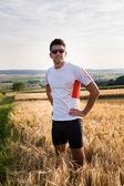 Joggen door de velden — Stockfoto