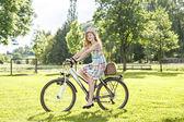 Jazda na rowerze w parku — Zdjęcie stockowe