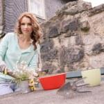 mulher que trabalha no jardim — Foto Stock