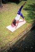 йога в парке — Стоковое фото