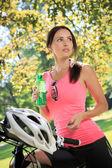 Mulher de ciclismo — Foto Stock