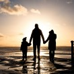 Постер, плакат: Family at the coast