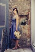 Krásná sexy žena pózuje v starověké interiér — Stock fotografie
