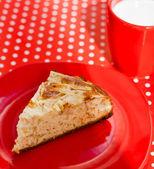 Zelfgemaakte bakken appeltaart met kopje melk — Stockfoto