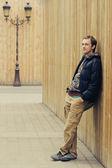 Jonge man leunend op hek — Stockfoto