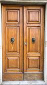 与胸部的棕色木质门 — 图库照片