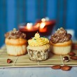 Cupcakes on bamboo mat at blue background — Stock Photo