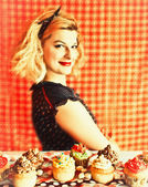 Vintage blond housewife and cupcakes — Stock Photo
