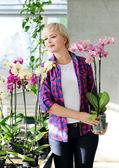 Meisje met orchideeën — Stockfoto