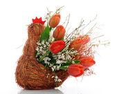 Panier avec des tulipes rouges — Photo