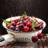 Körsbär i durkslag — Stockfoto
