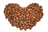 Beyaz zemin üzerine kahve taneleri yürekten — Stok fotoğraf