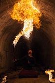 Ung man blåser eld från hans mun — Stockfoto