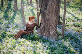 Beautiful young woman in the forest — ストック写真