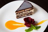 Tvarohový koláč na bílé desce — Stock fotografie