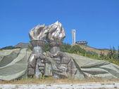Hand statyer anläggning facklor framför byggnaden av buzludzha — Stockfoto