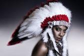 Indio americano mujer modelo estudio retrato de la muchacha usando guerra bonnet — Foto de Stock