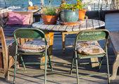 Table et chaises au coucher du soleil — Photo
