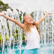 The girl at the fountain — Stock Photo