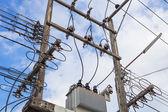 Poste eléctrico con cables — Foto de Stock