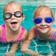 due bambine, giocando in piscina — Foto Stock