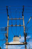 Elektrische pole mit drähten — Stockfoto