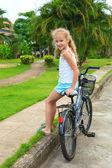 Criança feliz em uma bicicleta — Foto Stock