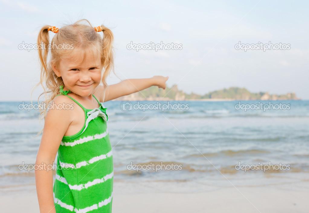可爱快乐的微笑女孩海滩度假 — 照片作者 altanaka