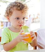 Ragazzo carino bere succo d'arancia — Foto Stock