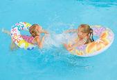 2 つの小さな女の子がプールで遊んで — ストック写真