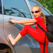 Happy girl standing near the car, ready to travel — Stock Photo