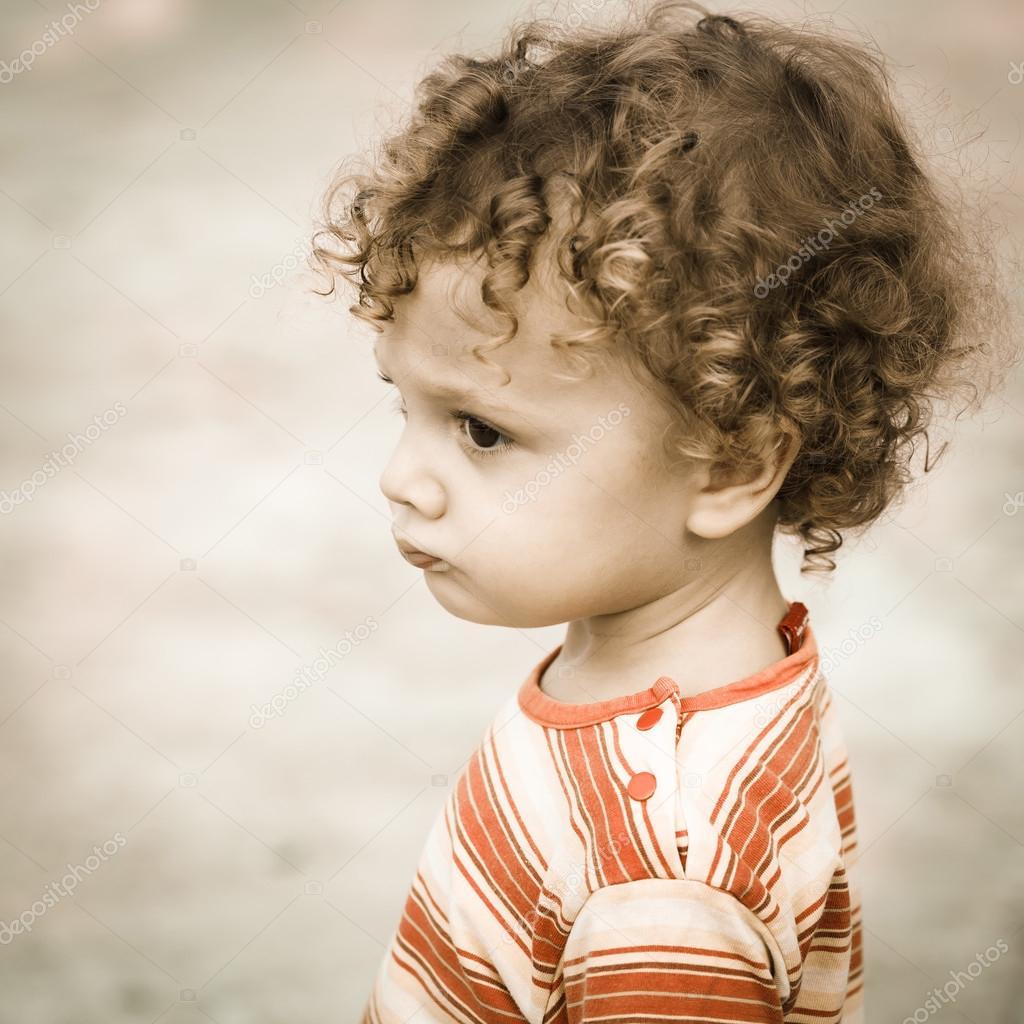 悲伤的孩子的肖像
