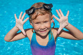 Niña en la piscina — Foto de Stock