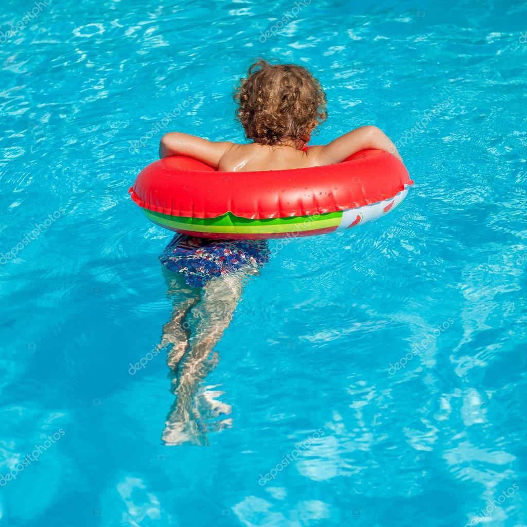 Ni o en la piscina con anillo de goma foto de stock for Piscina goma