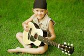 Niña tocando una guitarra — Foto de Stock