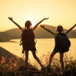 zwei Mädchen beobachten den Sonnenuntergang auf dem See — Stockfoto #35537059