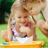 Two happy little kids playing in the garden — Stock Photo