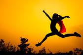 Teen flicka hoppa på natur — Stockfoto