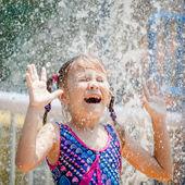 маленькая девочка в бассейне — Стоковое фото