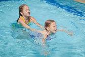 два маленьких детей, игры в бассейне — Стоковое фото
