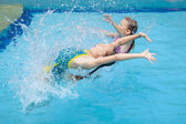 Two little kids playing in the pool — Stockfoto