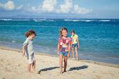 Happy kids playing on beach — Stock fotografie
