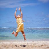 Vliegen springen strand meisje op blauwe zee kust in de zomervakantie ik — Stockfoto
