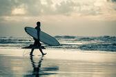 серфер силуэт на закате — Стоковое фото