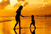 Mother and  son playing on the beach — Стоковое фото