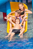 Three little kids playing in the swimming pool — Stockfoto
